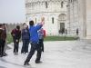Pisa: spousta lidí se snažila podepřít šikmou věž