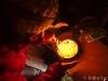 Aude zapaluje svíčky na narozeninovém dortu