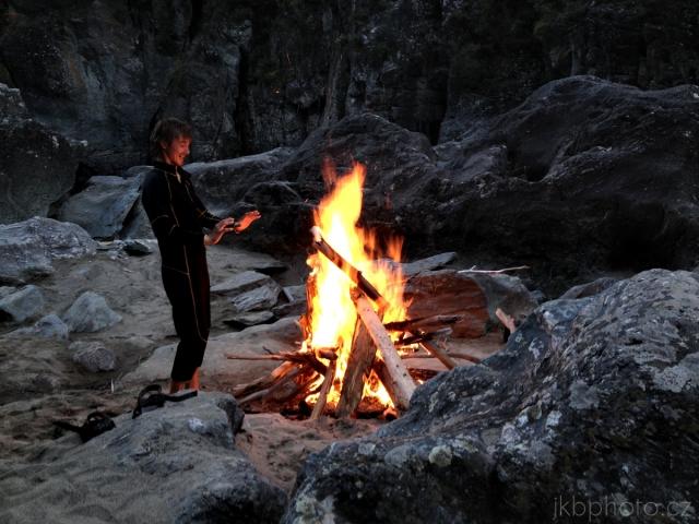Bashkaus: Konečně pořádná vatra v kempu pod peřejí Stubborn