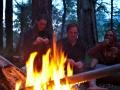 Tereza, Florian a Alex odpočívají u ohně