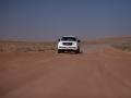 Wahiba sands: místy je cesta pouští jako dálnice, místy se snažíme nezabloudit