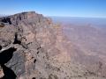 Pohled na severní vrchol Jebel Shams s vojenskou instalací